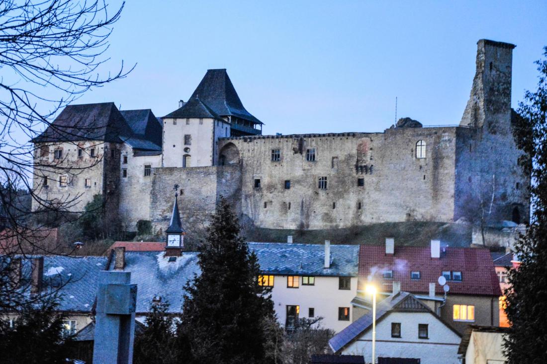 Hašek má prý nejkrásnější výhled ze všech na hřbitově a to na hrad v Lipnici